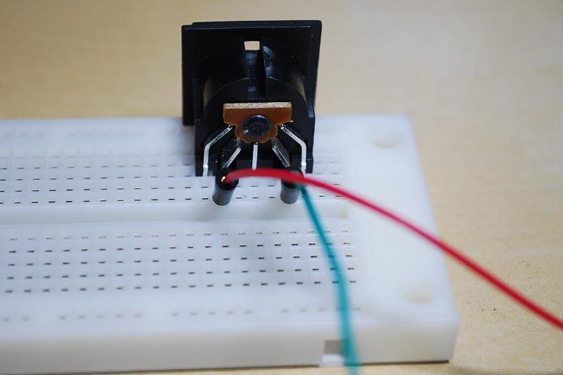 ブレッドボードにDINコネクタを設置して、ジャンパー線で接続