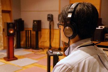 測定マイクを取り付けた状態でヘッドフォンを装着、ヘッドフォン自体の特性をチェック