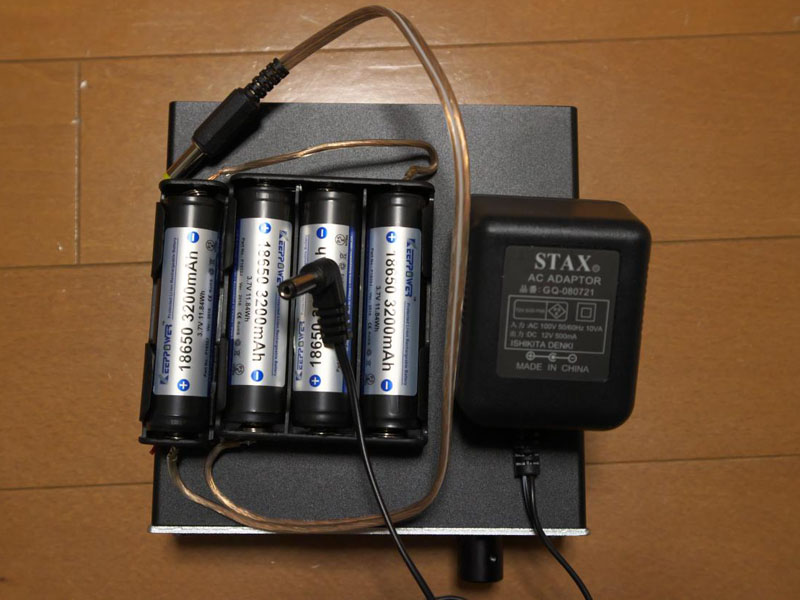 右にあるのが付属のACアダプタ(外側+のプラグ)。左が充電池×4本+自作コード(まだバラックです)