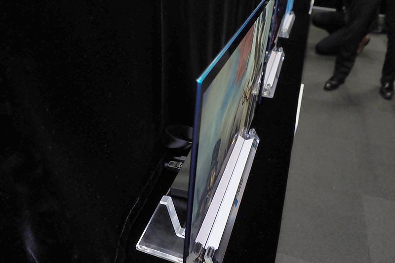 パネル厚は1.3mm。このパネルを使ったディスプレイ試作機は最薄部3mm