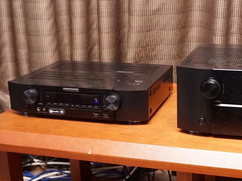 左が薄型AVアンプ「NR1608」。右のAVプリ「AV8802A」と比べると、薄さがわかる