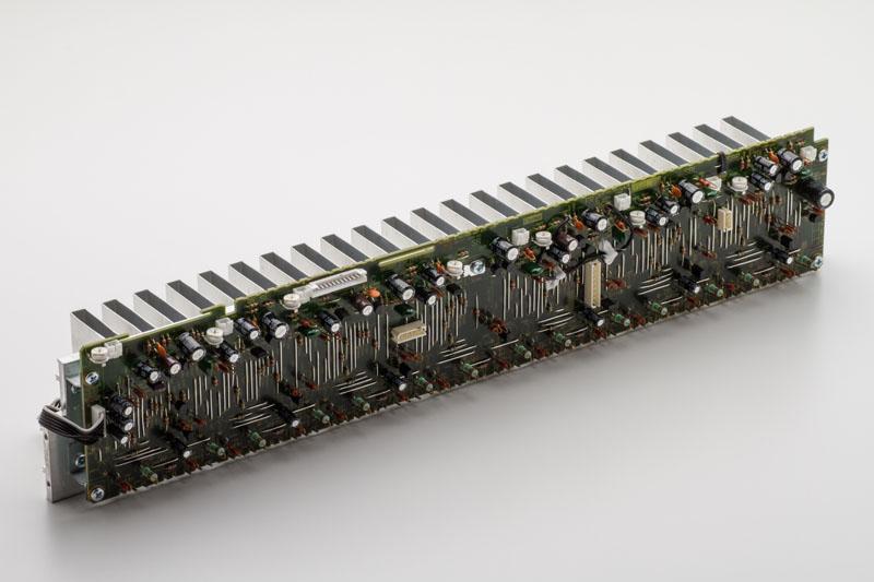 パワーアンプをヒートシンクに一列にマウントするインライン配置を採用