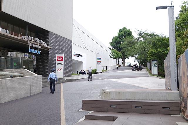 品川駅から直接T・ジョイ PRINCE品川へ行きたい場合は、この坂を上る。ホテルのフロントに通じる別の出入り口もある