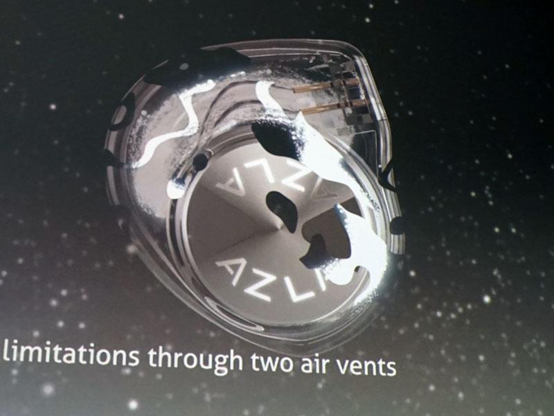 左上の霧のようなビジュアルは、BEDのドライバを搭載したアルミ筐体のポートから出た空気をビジュアル化したもの。この空気が、透明シェルの中に広がっているのがわかる
