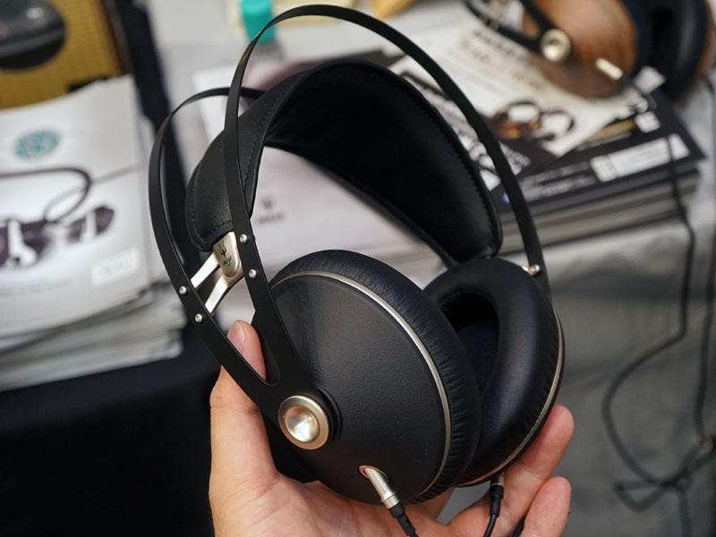 99 Neo。99シリーズのデザインを取り入れたヘッドフォンで、「わずかに異なるサウンドシグネチャを取り入れながらも、99 Classicsと同等の音質クオリティを持っている」という