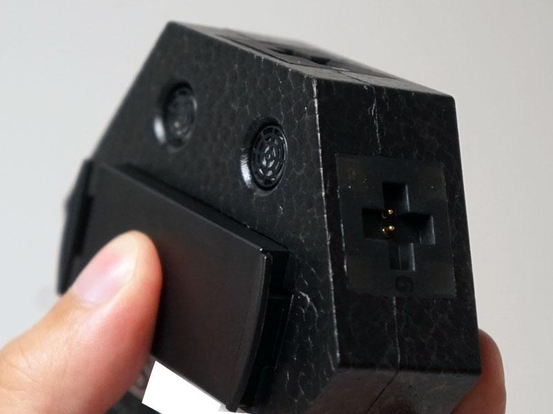 バッテリは底部にピッタリ収まる