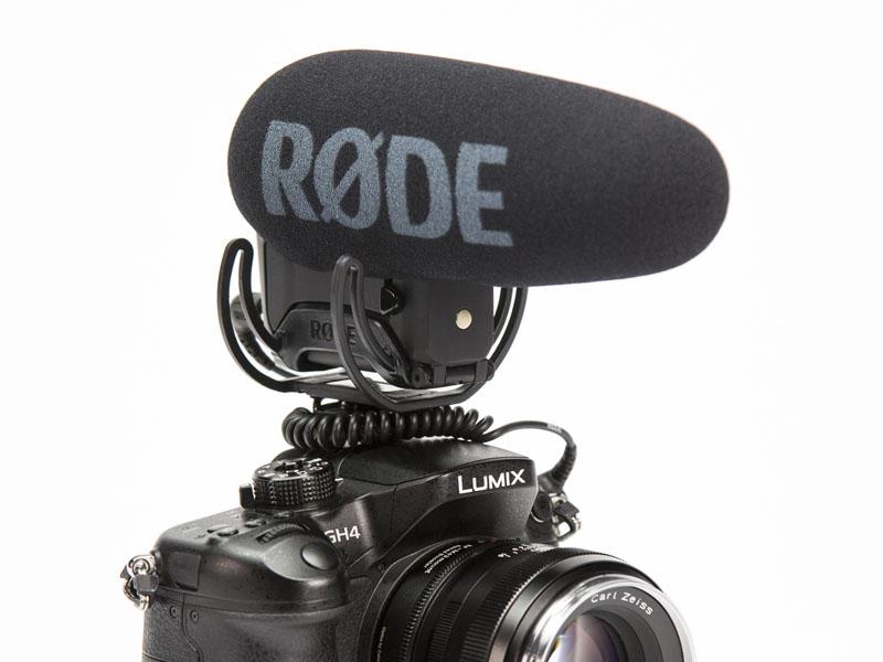 RODEのマイク「VideoMic Pro+」。カメラに取り付けたところ