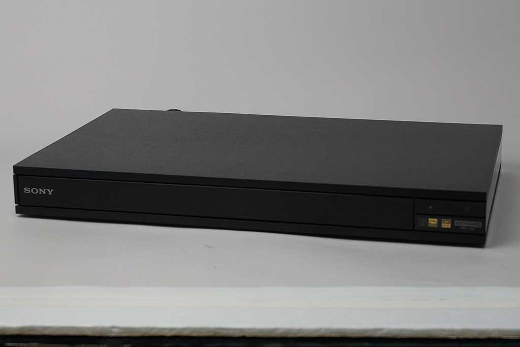 ソニー「UBP-X800」の外観。石材風の仕上げをほどこしたパネルでサンドイッチにしたような、モダンで質のよいデザインだ。