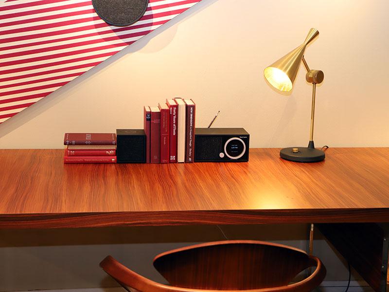 書斎をイメージした展示。ブラック/ブラックがさりげなく馴染む