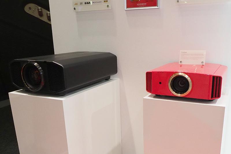 左はレーザー光源のDLA-Z1