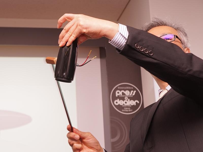 D+Mシニアサウンドマネージャーの澤田龍一氏が、ツイータ用ハウジングの鳴きの少なさを実演