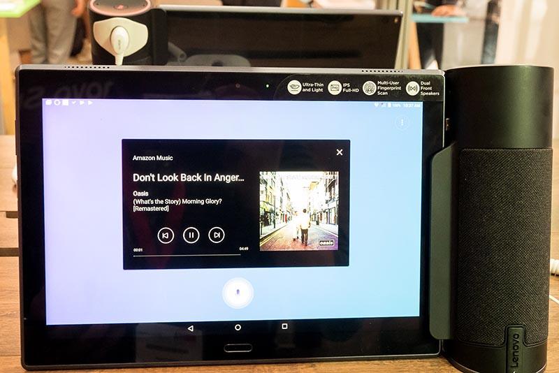 天気予報を調べたり、音楽を再生したりといったGoogleアシスタントの機能がタブレット側にも表示される