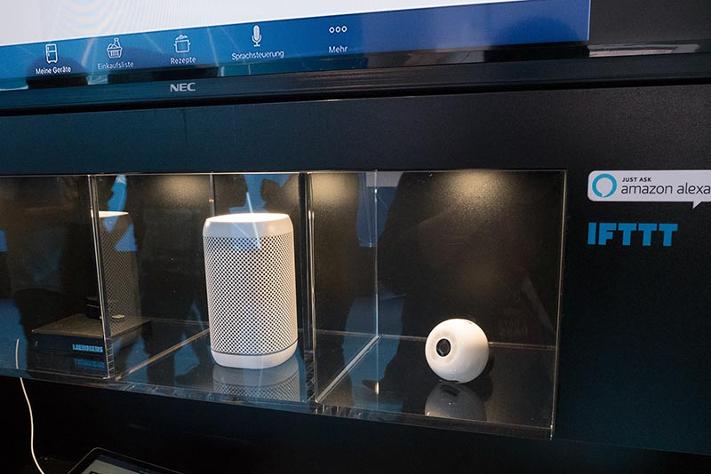 独リープヘルのスマートスピーカー。冷蔵庫に設置したカメラやセンサーといったIoT製品と同様の家電周辺機器として用意