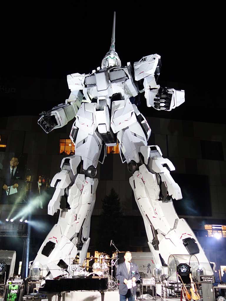 ライトアップされた「実物大ユニコーンガンダム立像」。こちらは「ユニコーンモード」と呼ばれる変身前状態