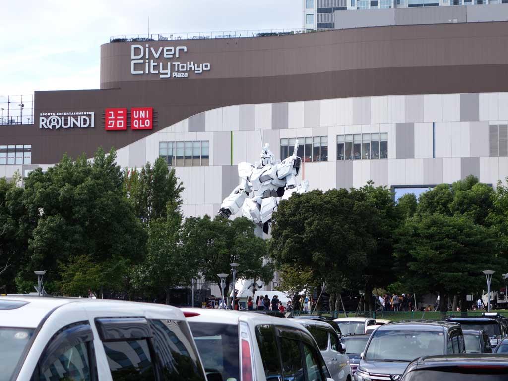 ダイバーシティ東京の南側にある駐車場から撮影。200m近く離れた場所からでも、この存在感
