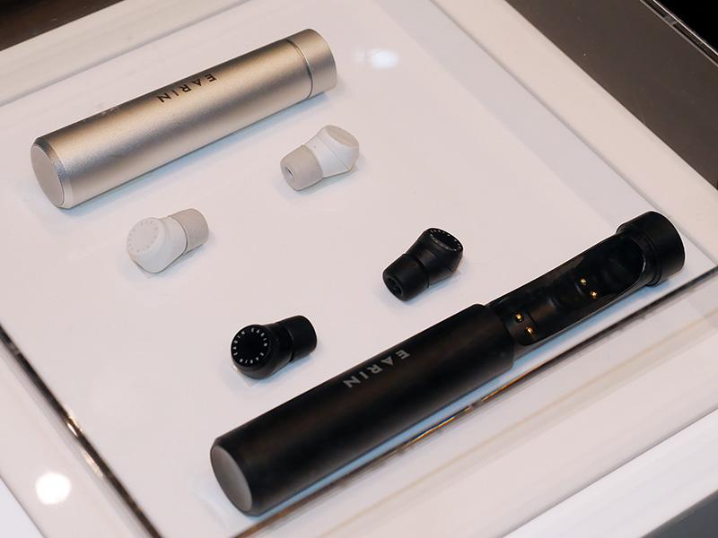 ブラック(右手前)とアルミニウム・シルバー(左奥)の2色展開