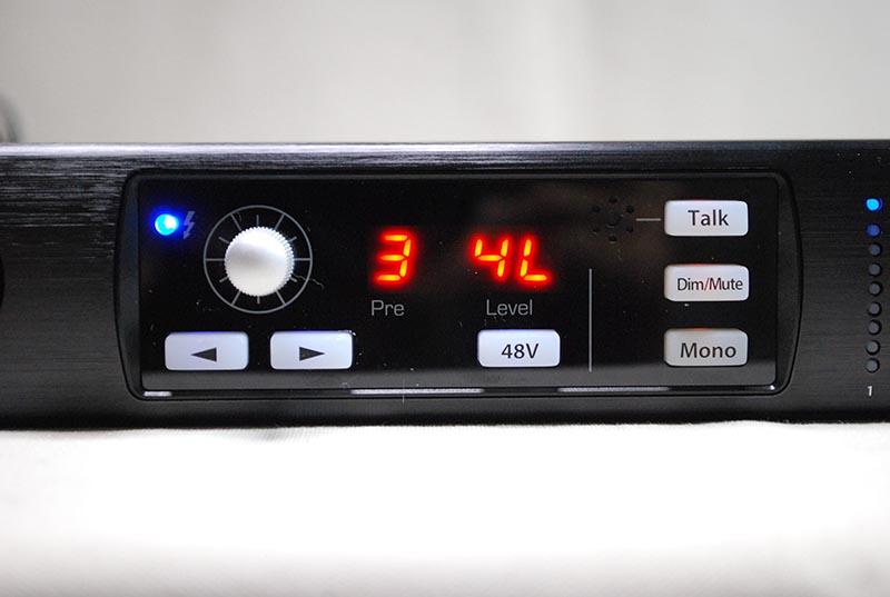フロントパネルにマイクを内蔵。Talkボタンを押して利用できる