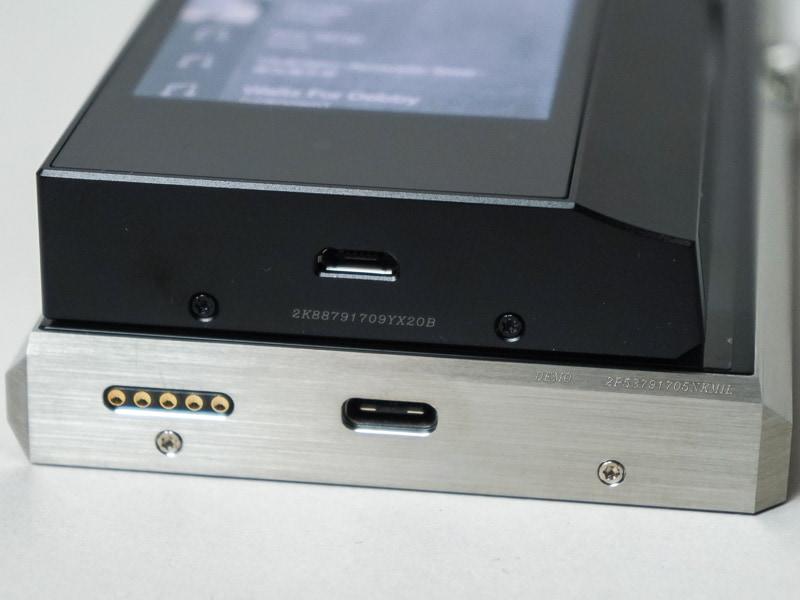 底面にはUSB microB端子を装備。下段のSP1000は、USB Type-Cを採用している