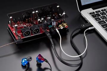 ヘッドフォンアンプが付録の雑誌DigiFiに、バランスケーブルやイヤフォン付きのセット パソコンでの使用例
