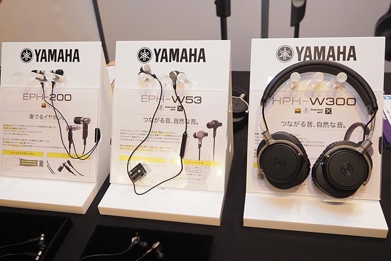 左から、有線のハイレゾ対応イヤフォン「EPH-200」、Bluetoothイヤフォン「EPH-W53」、Bluetoothヘッドフォン「HPH-W300」