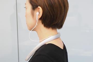 ソニー、テレビや会話を聞こえやすくする首掛け型集音器。周囲の音を自動調整 SMR-10の装着例