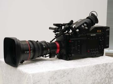 シャープ、1台で8K/60p撮影できる世界初8Kのカムコーダ。2020年はコンシューマも8K 「8C-B60A」。レンズやビューファインダーは別売