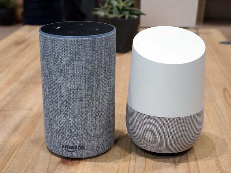 Amazon Echo(左)とGoogle Home(右)