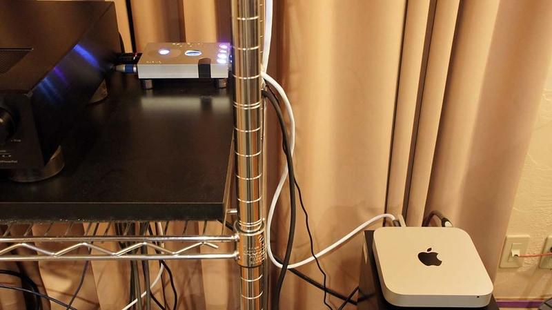 すっかり据え置き機として稼働中のCHORDのHugo2。左で見切れているのがオッポのHA-1。右下に見えるのがMac mini。電源コードも交換した