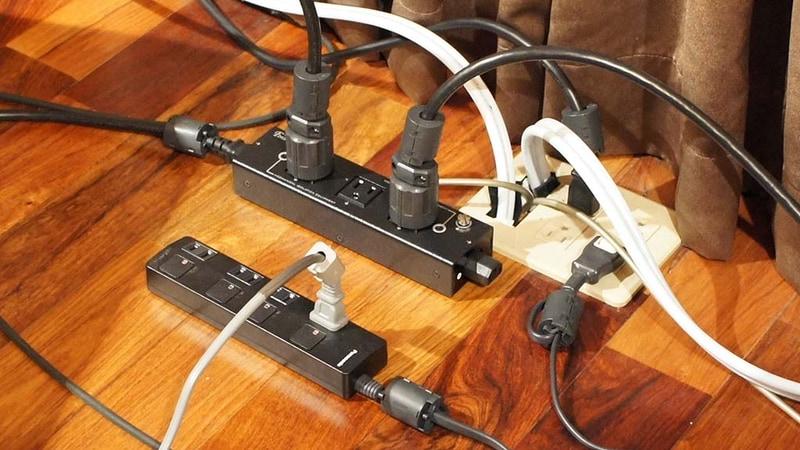 55X910と、サブウーファーのための電源周り。電源コードにはすべて両端にノイズフィルターを装着。55X910とサブウーファーは電源タップを分けて、ノイズ混入を低減した。55X910のコードが銀色になっている部分は電磁波吸収シートを貼っている