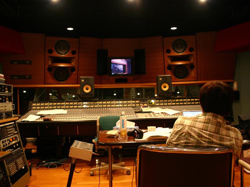 "<p align=""center""><small>レコーディングが行なわれた河口湖スタジオ</small>"
