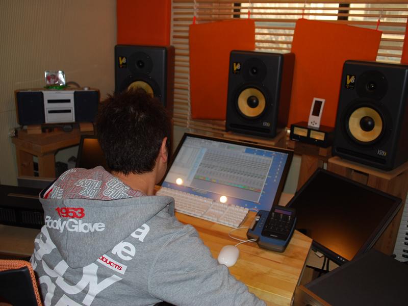 素材のミックスは阿部氏の自宅スタジオで行なわれる