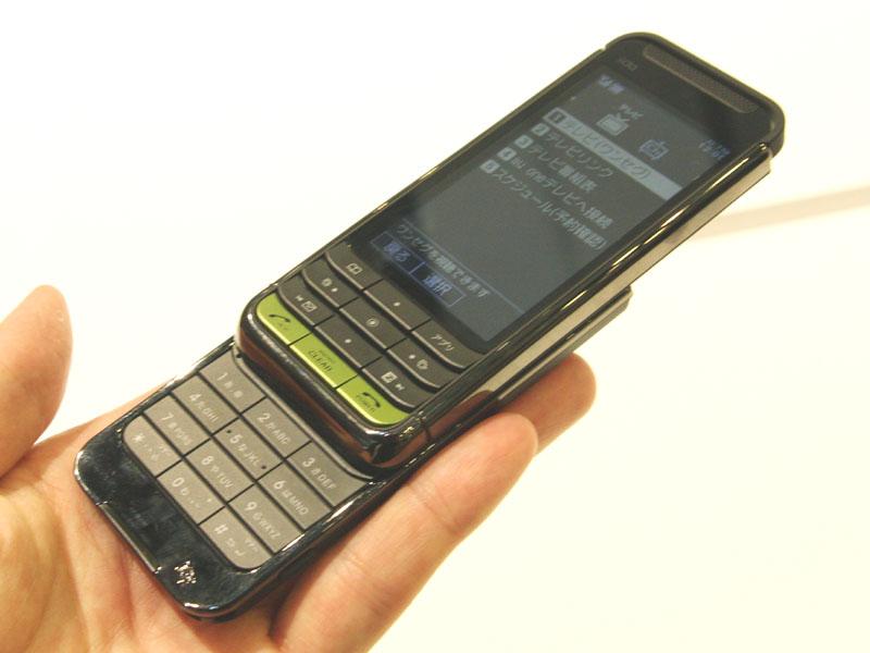 G9。ボタンに傾斜が付けられたデザインを採用