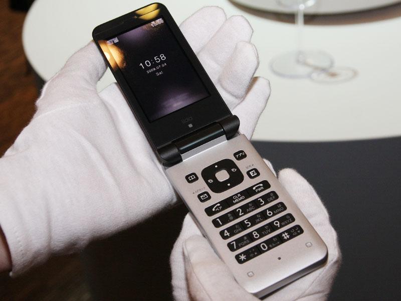 デザイン以外の仕様は既発売の「ベルトのついたケータイ NS01」と同等