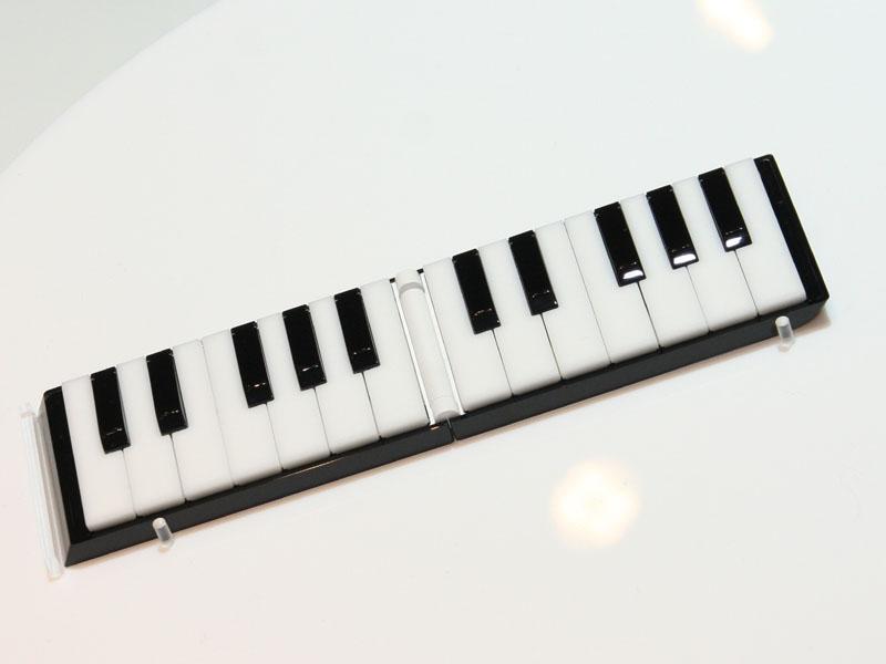 <P align=center><SMALL>本体が楽器そのものとなって、演奏できるというイメージのモデルも</SMALL>