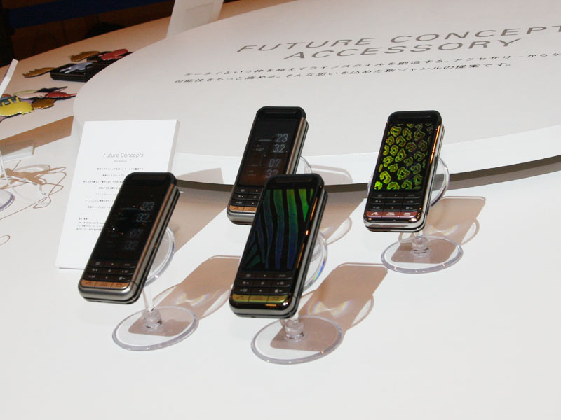 複数人で聞ける分岐型のイヤフォンケーブルや、本体デコレーション用パーツなども展示されていた