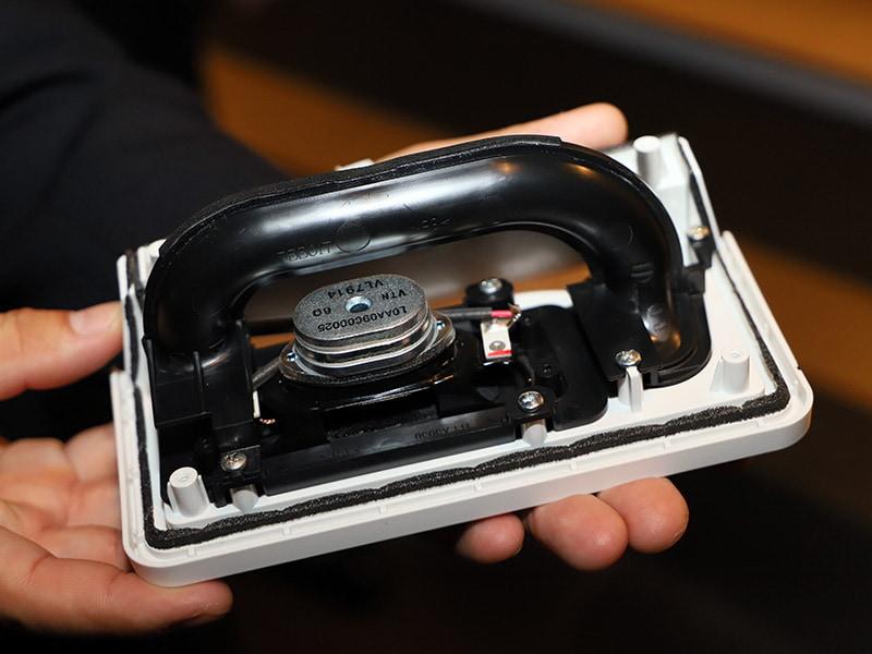 内蔵スピ−カーユニット。磁気回路やバスレフポートで低域強化