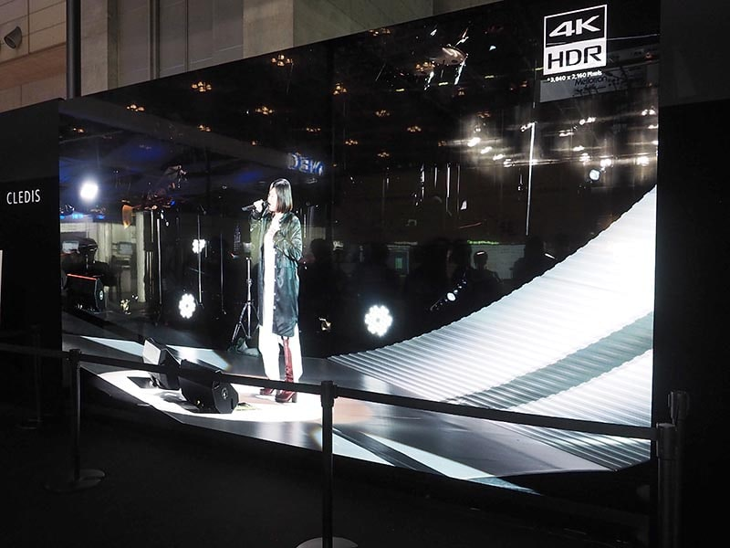 2016年11月の「Inter BEE 2016」で展示された、ソニーのマイクロLEDディスプレイ。220インチ・4K解像度で1億円超という高額製品となっており、現在は業務用ディスプレイ製品として展開中