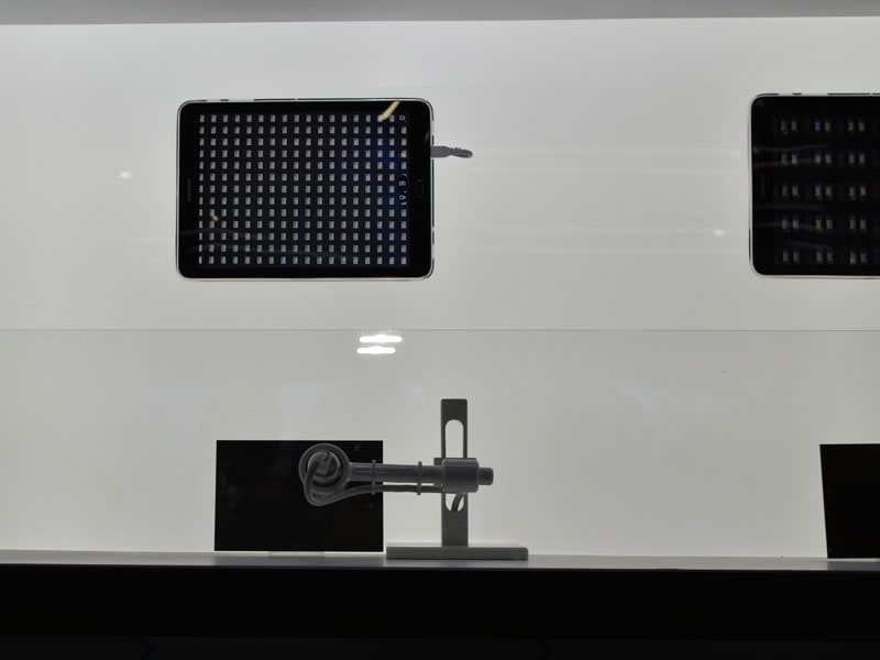 マイクロLEDディスプレイを構成する1モジュールを展示したショーケース。下が実物。上はデジタル顕微鏡で拡大したパネルをタブレット画面に表示ているものになる