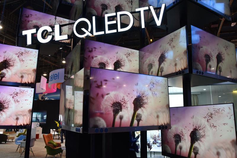 TCLは、サムスンが作り出した造語「QLEDテレビ」をするっと拝借。スタッフに「これってサムスンが作った言葉では?」と聞くと「いや、北米ではQLEDテレビというキーワードは定着しているのでいまや一般用語である。我々はサムスンとは一切関係ない」と反論されてしまった