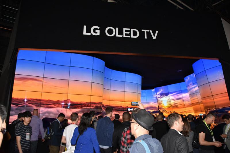 LGブースにおける、大迫力のビデオウォールデモ。サウンドも立体音響チックに流され、来場者を包み込む