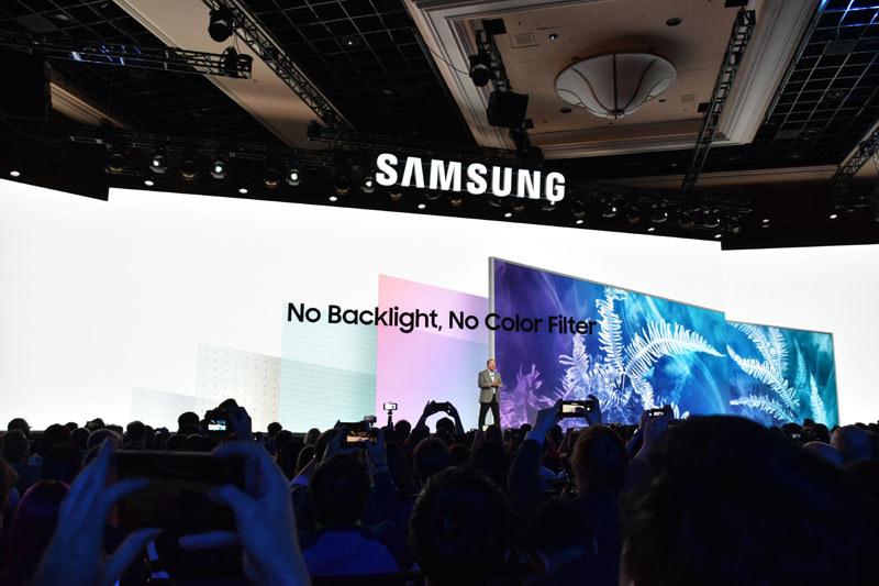 「バックライト無し」は液晶に対する牽制。「カラーフィルター無し」はLG式有機ELパネルへの牽制メッセージだ