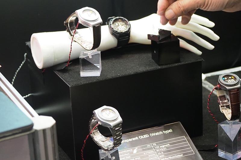 有機EL技術を展示したパイオニア/東北パイオニア。透過型パネルで、腕時計向けタイプやスマートグラス向けなどを紹介