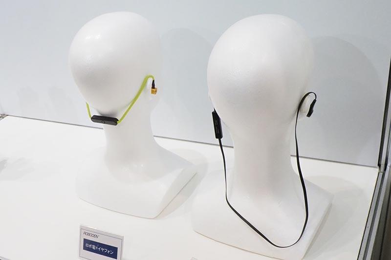 旭化成 繊維事業による伸縮電線「ロボ電」。伸縮するイヤフォンケーブル(左)を展示