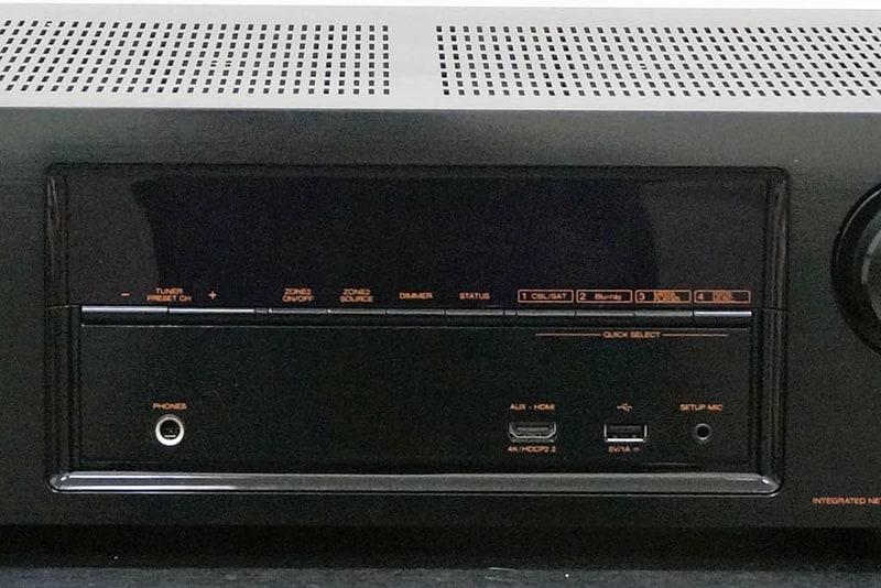 ディスプレイと操作ボタン、入力端子部。操作ボタンはディスプレイの下にすっきりと配置される。下部にはHDMI入力、USB端子、セットアップ用マイク入力、ヘッドフォン出力がある