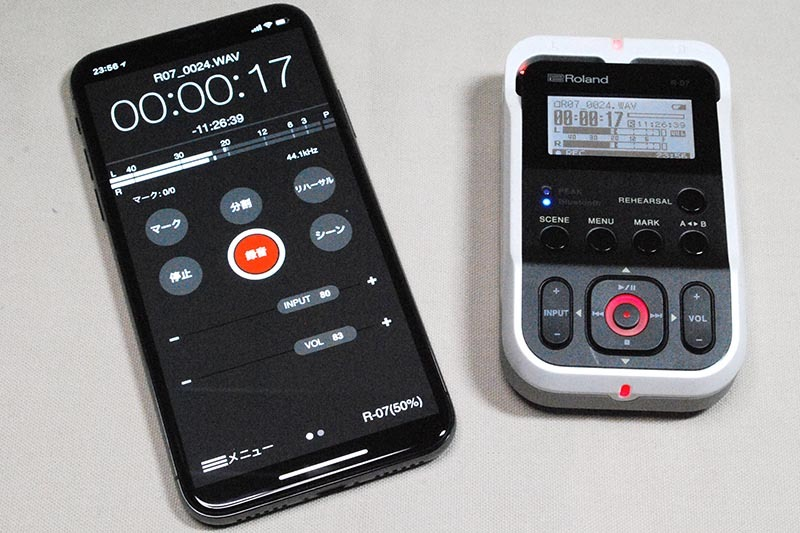 iPhone(左)などを、リモコンとして利用可能