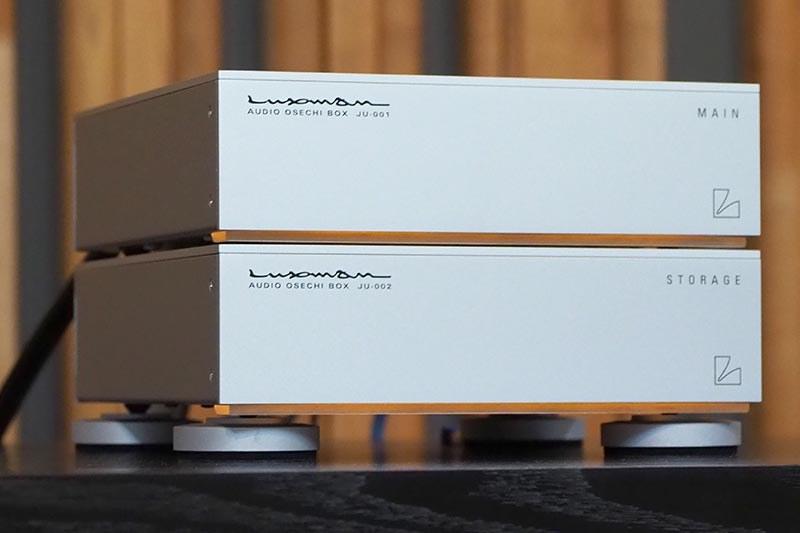 ラックスマンによるコンセプトモデル「AUDIO OSECHI BOX」。上がDAC、下がストレージ