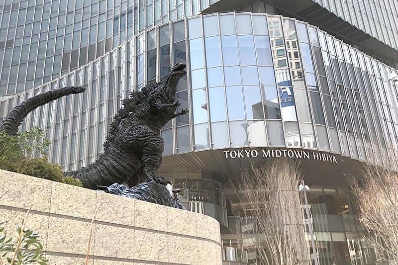 シン・ゴジラ像がある「日比谷ゴジラスクエア」の奥に見えるのが東京ミッドタウン日比谷