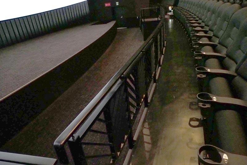 最前列の席から見ても、上ではなく正面にスクリーンがある配置