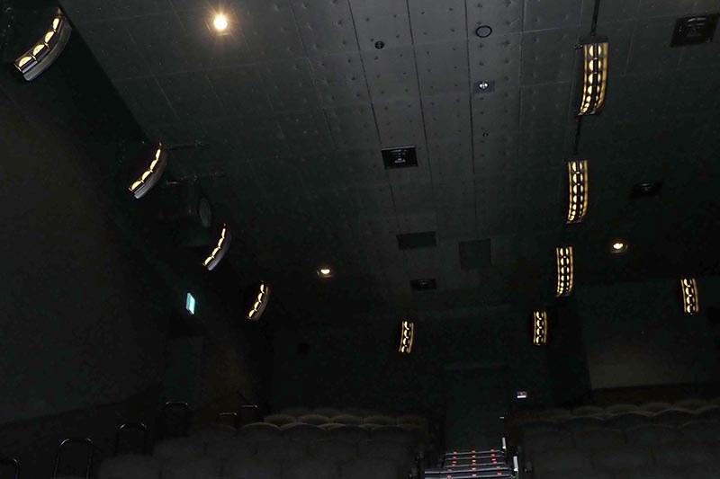 Dolby Atmosスピーカーには、シャンパンゴールドのライトを採用