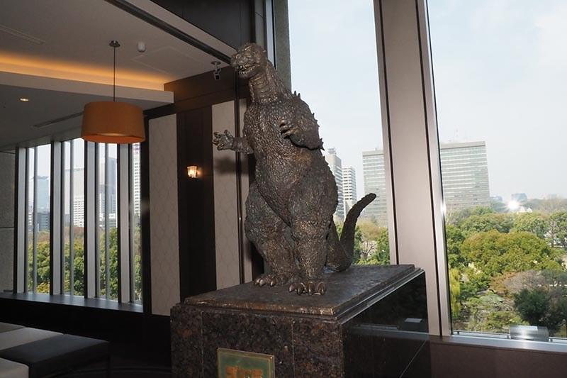 ロビーには、1995年より日比谷シャンテに設置されていたゴジラ像が移設